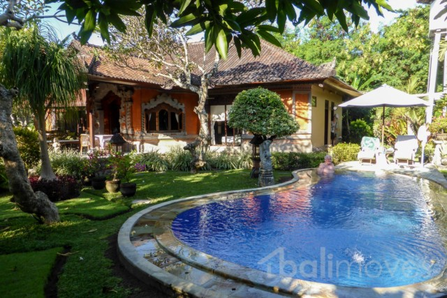 Gracefully Aged Beachside Villa with Huge Garden