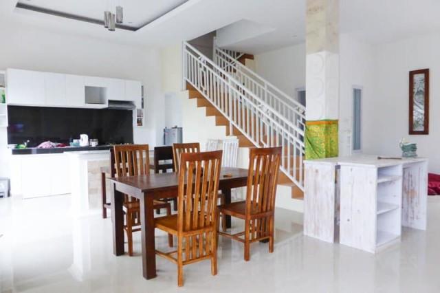 Bright, Modern Two Bedroom House in Padanggalak